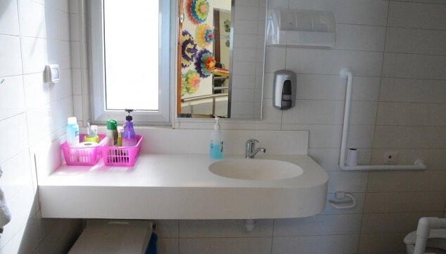 חדרי המקלחת בבית אבות נוף מול הים
