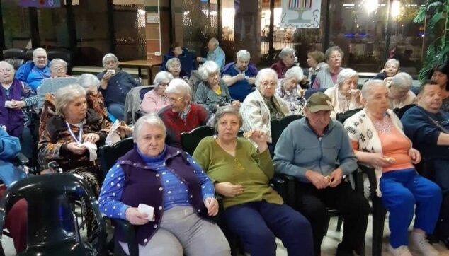 חלוקת סופגניות לקשישים במרכז הסיעוד מרגוע