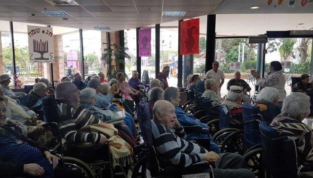 מסיבת חנוכה לקשישים