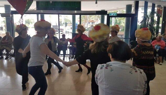 ריקודים במסיבת חנוכה במרכז סיעודי